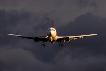 夕暮れ時の飛行機