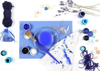 синие предметы для рисования лежат на столе