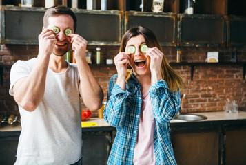 Foto op Canvas Kruidenierswinkel Funny couple cooks in the kitchen.