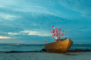 Gestrandetes Fischerboot bei Binz auf der Insel Rügen, Mecklenburg-Vorpommern, Deutschland