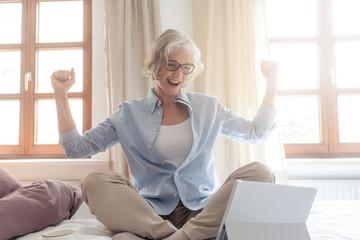 Selbständige oder Freiberufler Seniorin freut sich über einen Erfolg