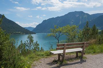 Idyllischer Aussichtsplatz mit Bank am Achensee