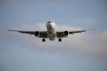 飛行機の下から見上げた写真 1