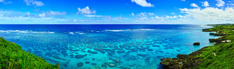Fototapeten Kuste 真夏の宮古島。イムギャーマリンガーデンからみる珊瑚礁の海(パノラマ)