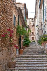 Straße mit Treppe im Dorf Deia auf Mallorca