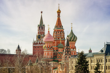 Fototapete - Moscow Kremlin Spasskaya tower and St Basil's Cathedral on the Red Square in Moscow, Russia.