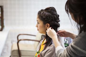 和服女性は美容室でヘアセットしている