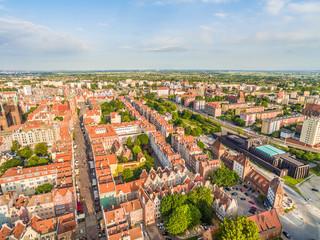 Gdańsk - krajobraz starego miasta z powietrza. Widok z lotu ptaka na ulice Długą i Gdański Teatr.