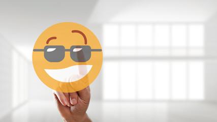 Finger wählt coolen Smiley aus