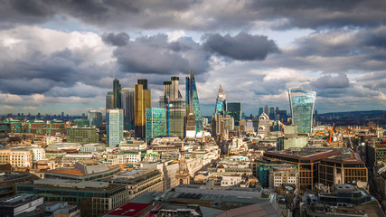 Photo sur Plexiglas Londres London, England - Panoramic skyline view of Bank and Canary Wharf, central London's leading financial districts with famous skyscrapers at golden hour sunset. Beautiful sky and clouds