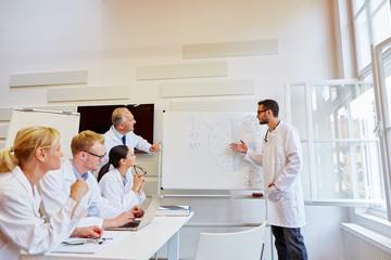 Arzt hält ein Referat zur Weiterbildung