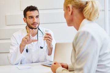 Arzt in der Sprechstunde macht Beratung