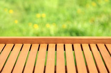 Obraz Tło, tekstura pionowych desek na tle kwiecistej łąki. - fototapety do salonu