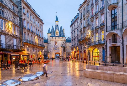 Place du Palais le soir à Bordeaux en Gironde en Nouvelle-Aquitaine en France