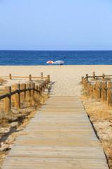 playa sombrillas pasarela almería U84A8898-f18