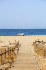 playa sombrillas pasarela almería U84A8901-f18