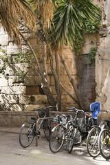 Bicicletas aparcadas junto a un rincón histórico.