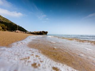 Costa con la spiaggia prospettiva dal basso