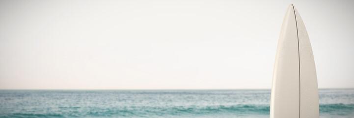 Autocollant pour porte Eau White surfboard against scenic view of ocean