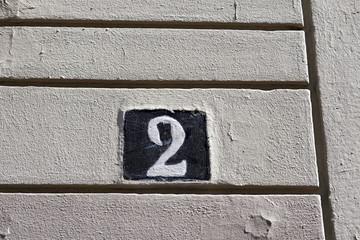 Numéro 2 sur une façade blanche ancienne