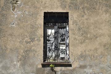 vecchia finestra in un paese