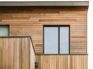 Moderne Holzfassade mit Flachdach und Alufenster - Modern wooden facade with flat roof and aluminium window