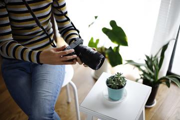 カメラで植物を撮影する女性