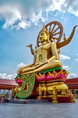 Goldene Touristenattraktion Großer Buddha (von links schräg unten) auf Koh Samui, Thailand