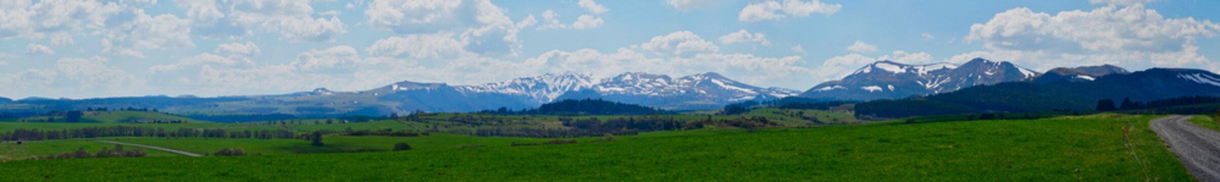 Chaîne des Puys du Sancy au printemps. Prise de vue panoramique