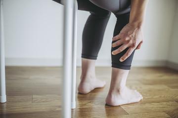 痛みを抱える女性のボディーパーツ
