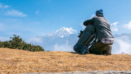 Mann mit Rucksack auf einem Berg
