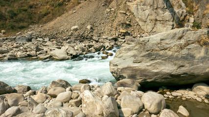 Wilder Fluß im Gebirge