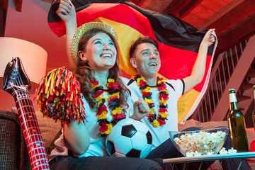 Deutschland Fans zuhause bei Fussball WM live ubertragung.