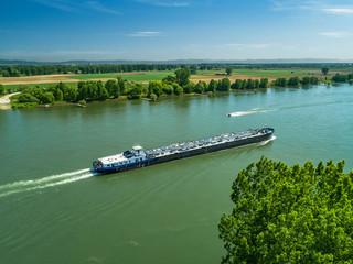 Luftbild Frachtschiff auf dem Rhein