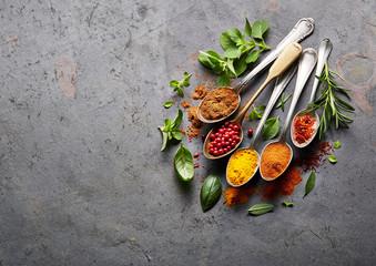 In de dag Kruiden Spices on black board