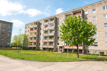 Plattenbau Immobilie mit Grünfläche