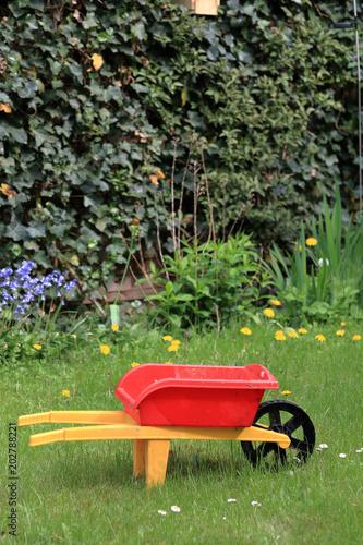 der kleine gartner gartnerin kinderschubkarre im garten