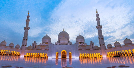 Poster Midden Oosten Grand mosque in Abu Dhabi at dusk