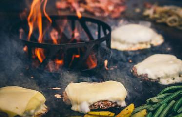 Burger mit Bacon von der Feuerplatte