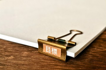 書類とアンティーク風ダブルクリップ