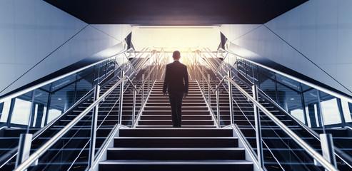 階段をのぼる男性