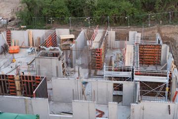 Rohbau-Baustelle des Kellergeschoss mit Fundament