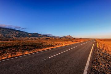 Straße in Island in den Sonnenuntergang