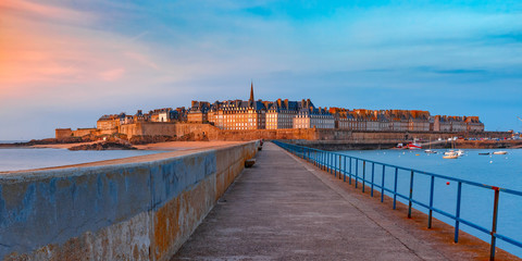 Fototapete - Panoramic view of walled city Saint-Malo with St Vincent Cathedral at sunset. Saint-Maol is famous port city of Privateers is known as city corsaire, Brittany, France