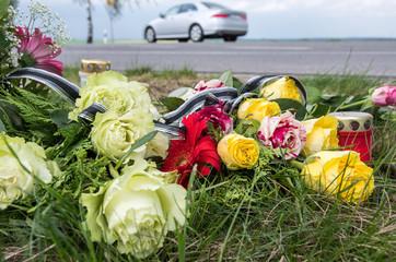 Verkehrsunfall, Blumen an einer Unfallstelle