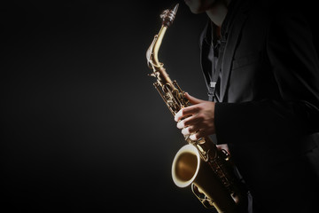 In de dag Muziek Saxophone player. Saxophonist hands playing saxophone