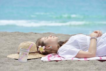 ビーチで眠る女性