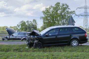 Zwei Autos nach einem Unfall im Strassengraben