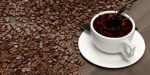 Frische Tasse Kaffee eingegossen zum Frühstück