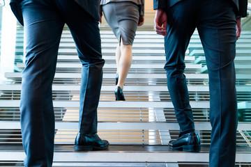 階段を上るビジネスパーソン